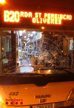 Un ciclista herido grave al chocar contra el cristal de un autocar en Santa Coloma de Gramenet