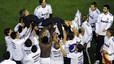 Los jugadores del Madrid mantean a Mourinho en el césped de Mestalla tras proclamarse ganadores de la Copa.