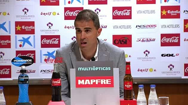 Gaizka Garitano, entrenador del Eibar, contesta en euskera en la rueda de prensa tras perder ante el Almería y abandona la sala tras las protestas de los informadores.