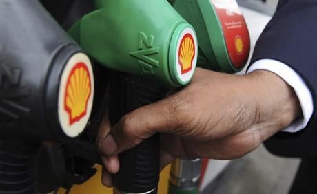 Un hombre se dispone a repostar gasolina en una estaci�n de servicio de Shell en Londres, Reino Unido.