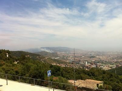 Controlado el incendio de Collserola a solo 200 metros de viviendas de Roquetes