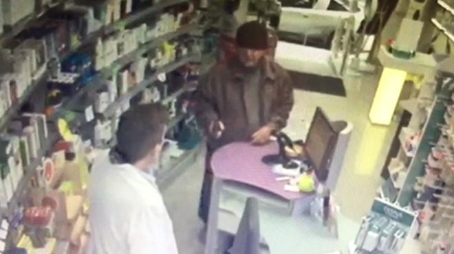 Un vídeo mostra la calma de l'avi pistoler en un atracament