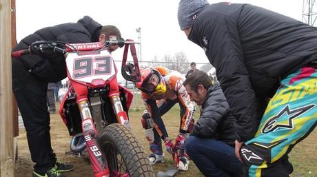 Marc M�rquez prepara, en Rufea, con su mec�nico Carlos Li��n su Honda de `dirt-track�.