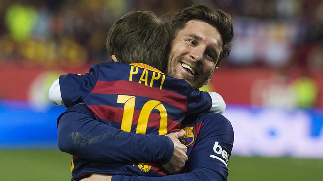 Han passat gairebé dues dècades des que Leo Messi va deixar de córrer amb la pilota pels carrers del seu barri, ala ciutat argentina de Rosario, però hi ha qui nooblidarà maique hi va haver un temps que va jugar només per a ells el cinc vegades guanyador de la Pilota d'Or, que aquest dissabte fa 30 anys.