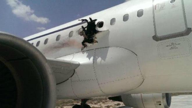Interior del avi�n instantes despu�s de que uno de los pasajeros cayera al vac�o tras ser absorvido por un agujero en el fuselaje causado por una explosi�n.