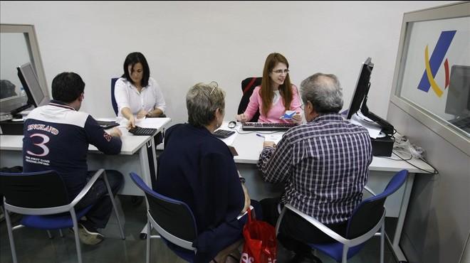Contribuyentes en una oficina de la Agencia Tributaria.