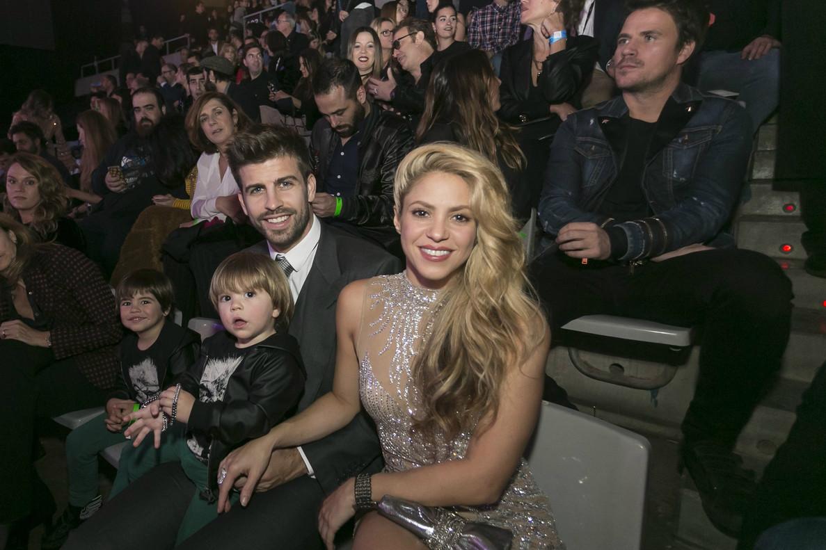 Shakira y Piqué, junto a sus hijos Milan y Sasha, este jueves por la noche, en Barcelona.