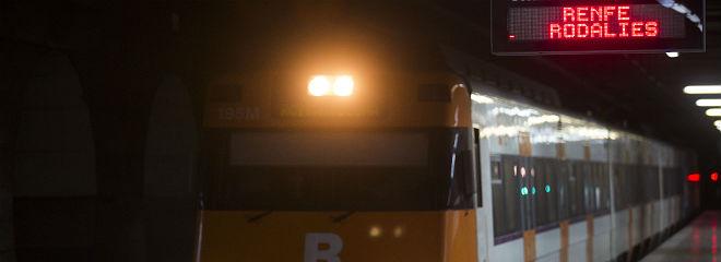 Un tren de Rodalies Renfe en la estaci�n Clot Arag�.to