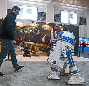 El robot R2-D2 se pasea por el saln, ayer.