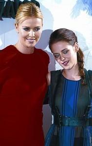 Charlize Theron posa con Kristen Stewart, ayer en Madrid.