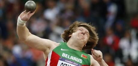 La bielorussa Nadzeya Ostapchuk durant el concurs de llançament de pes als Jocs de Londres.