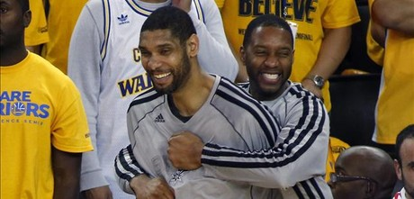 Tracy McGrady abraza Tim Duncan.