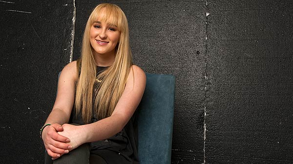 Camryn, telonera del grupo One direction, interpreta en ac�stico el tema 'Mister'.