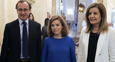 El portavoz del PP, Alfonso Alonso, y Soraya S�enz de Santamar�a, junto a la ministra F�tima B��ez.