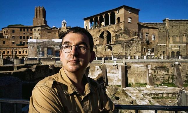 Santiago Posteguillo, frente al foro romano..