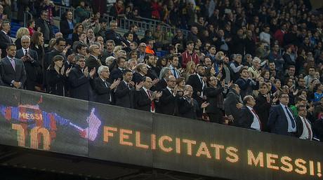 El palco del Camp Nou aplaude a Messi tras superar el argentino el r�cord de Zarra ante el Sevilla