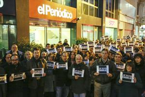 Concentración frente a las puertas de EL PERIÓDICO DE CATALUNYA para condenar el atentado mortal contra Charlie Hebdo, este miércoles.
