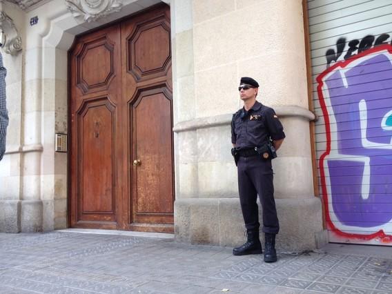 Agente de la Guardia Civil durante el registro