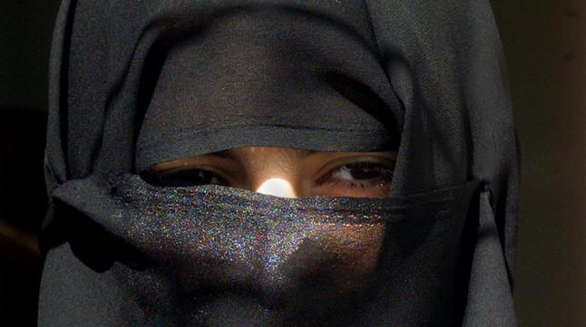 Mujer saudí andando por las calles de Riad (Arabia Saudí).