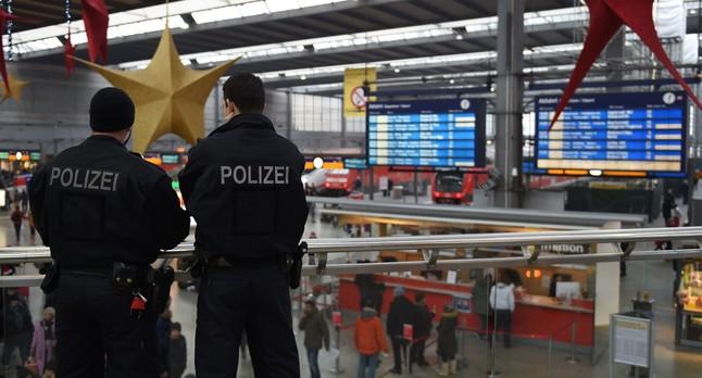 Dos agentes en la estación central de Múnich.