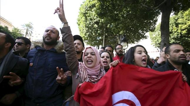 Licenciados en paro gritan consignas durante una marcha en demanda de oportunidades de trabajo, en la avenida Burguiba, en Túnez, este miércoles.