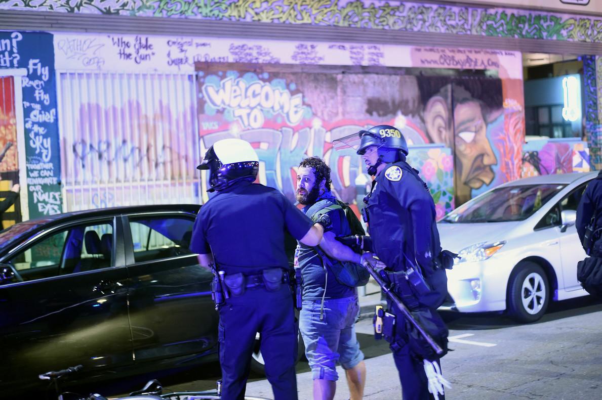 La policía se lleva a un detenido en las protestas de Oakland.