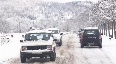 Retencions de 40 quilòmetres a la carretera C-16 per la neu