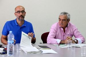 Los concejales de Terrassa Marc Armengol y Alfredo Vega durante la comisión informativa que aprovó el lunes los estatutos de la nueva empresa pública de gestión del agua.