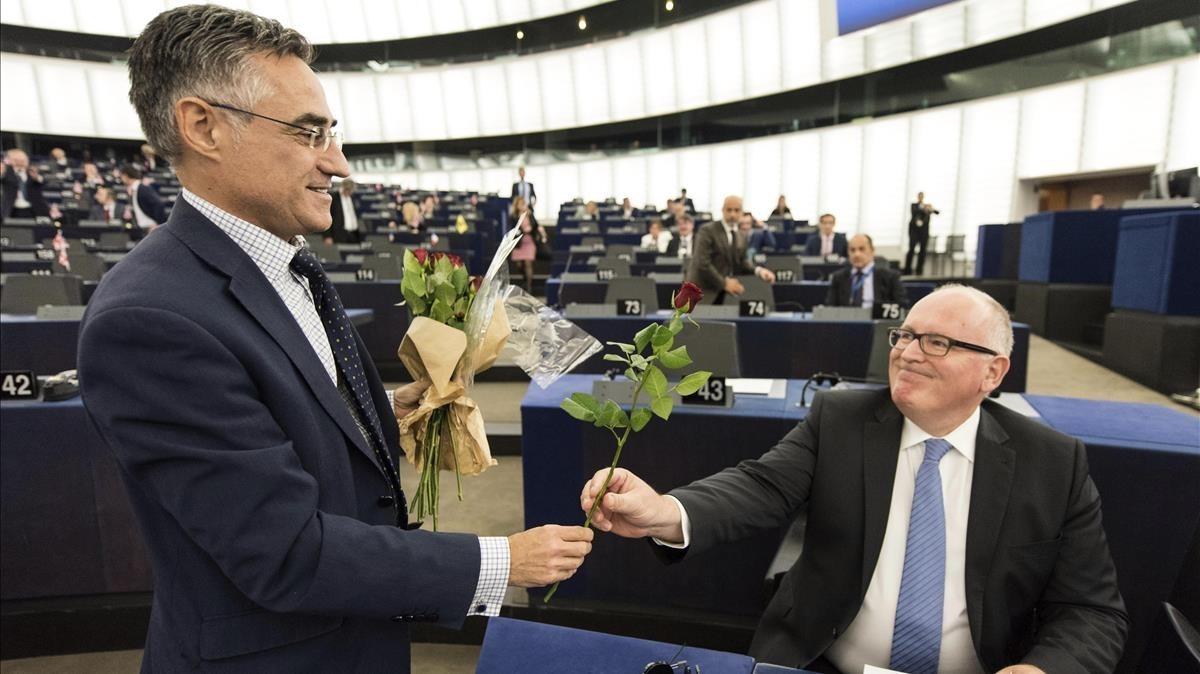 El diputado del PDeCAT en el Parlamento Europeo Ramon Tremosa entrega una rosa al vicepresidente de la Comision Europea, Frans Timmermans, durante el debate de la Eurocámara sobre Catalunya en Estrasburgo