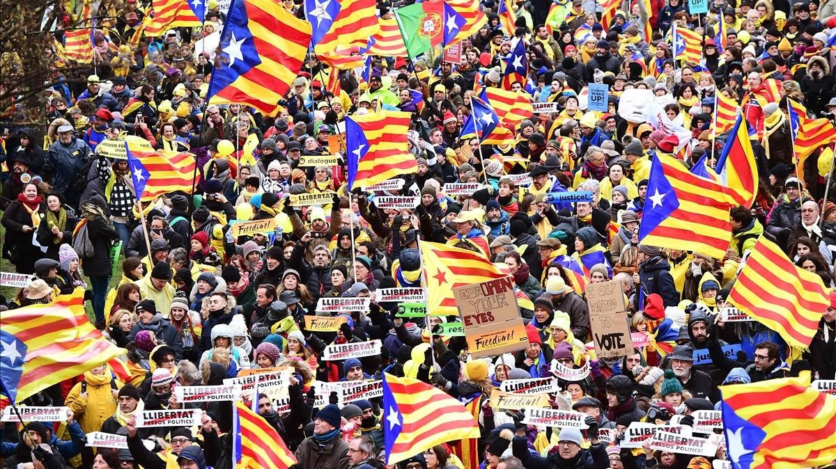 zentauroepp41226286 people wave catalan estelada flags and carry banners durin171207134219