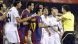 Jugadores del Barça y del Madrid protestan una decisión del árbitro de la final, Undiano Mallenco.