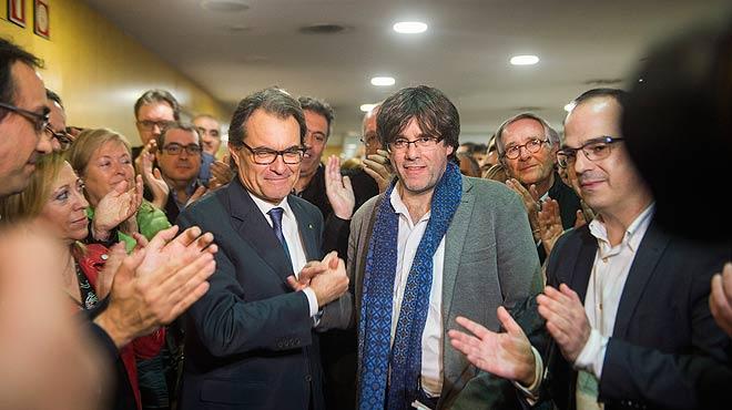 Artur Mas y Carles Puigdemont llegan a la sede de Converg�ncia tras anunciar Mas que Puigdemont ser� su sucesor.