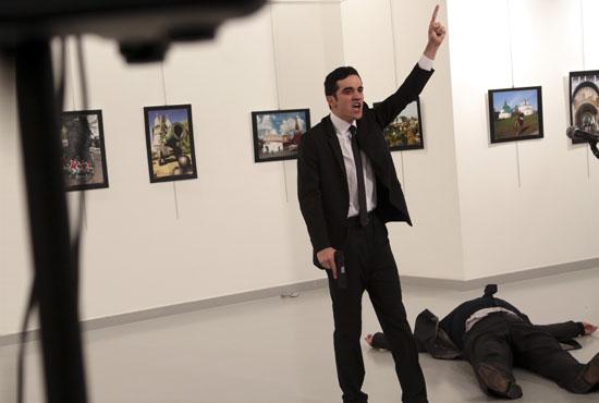 Asesinado en Ankara el embajador ruso en Turquía. El embajador ruso recibió un tiro por la espalda, en un acto cultural.