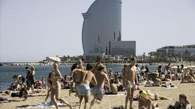 Bañistas en la playa de la Barceloneta.