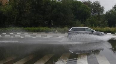 Vols desviats, carreteres tallades i inundacions per les fortes pluges