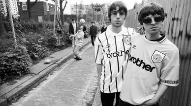 Liam y Noel Gallagher, a la derecha, y el resto de Oasis, al fondo, en una imagen de 'Supersonic'.
