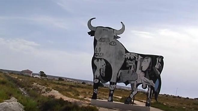 El toro de Osborne situado en Santa Pola (Alicante) que ha sido pintado como el 'Guernica' de Picasso.