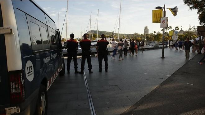 Dispositiu policial per reduir l'aglomeració de manters al Port Vell