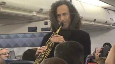 Kenny G y su saxofón, en pleno concierto improvisado.