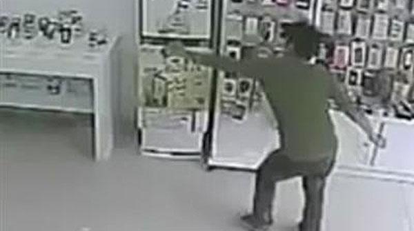 El aprendiz a ladrón pensó que corriendo podría robar el teléfono sin problemas.