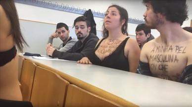 Un grupo de estudiantes se quedaron el pasado martes en sujetador ante Luciano M�ndez, el profesor que le dijo a una alumna que su escote le distra�a para impartir la clase.