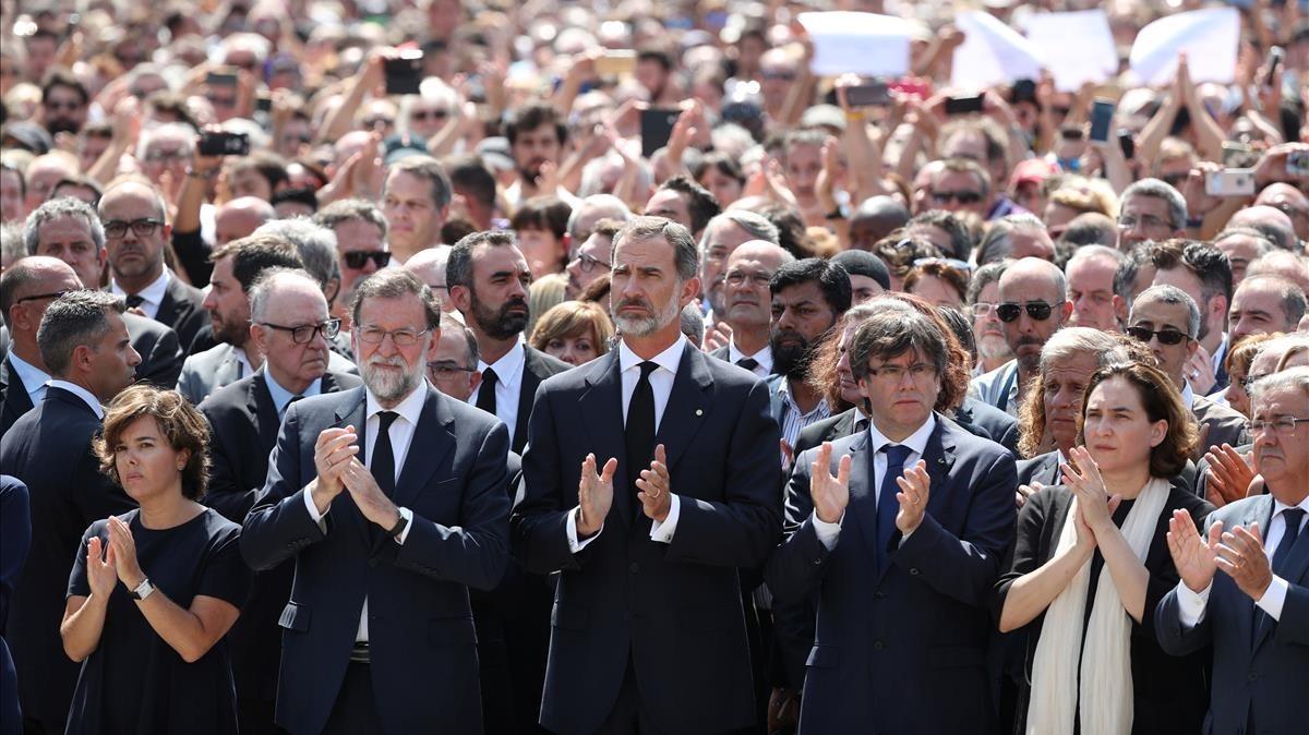 Las autoridades durante el minuto de silencio por las víctimas, en la plaza de Catalunya.