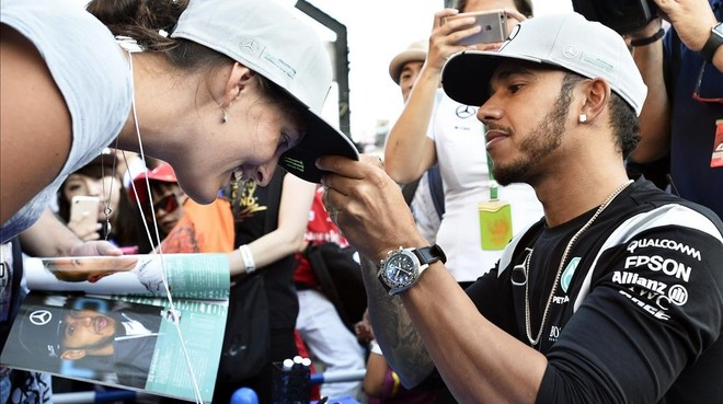 Lewis Hamilton firma un aut�grafo hoy en Suzuka.