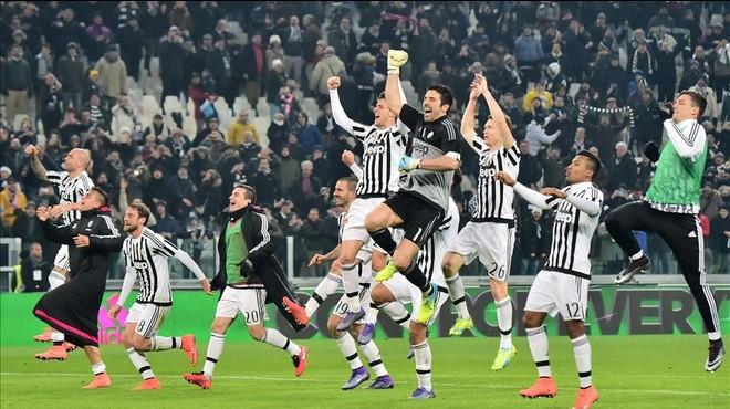 Los jugadores de la Juventus celebran con su afici�n el triunfo sobre el N�poles.