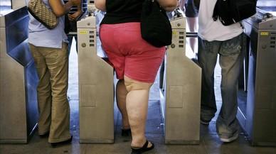 Una mujer obesa entra en el metro de Nueva York.
