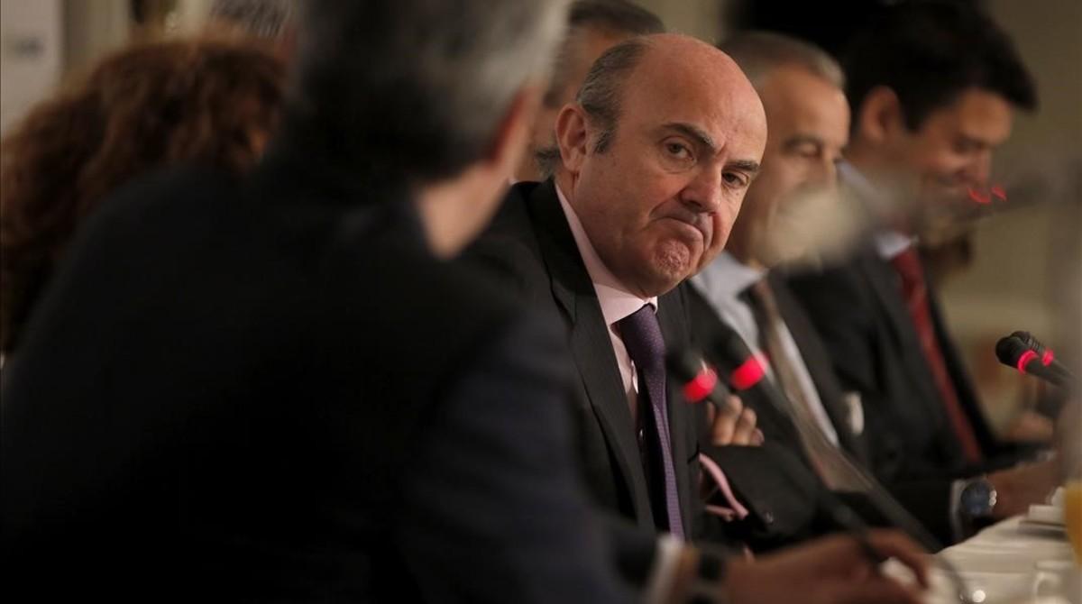 """Guindos culpa a la banca de la """"inseguridad"""" en las hipotecas"""