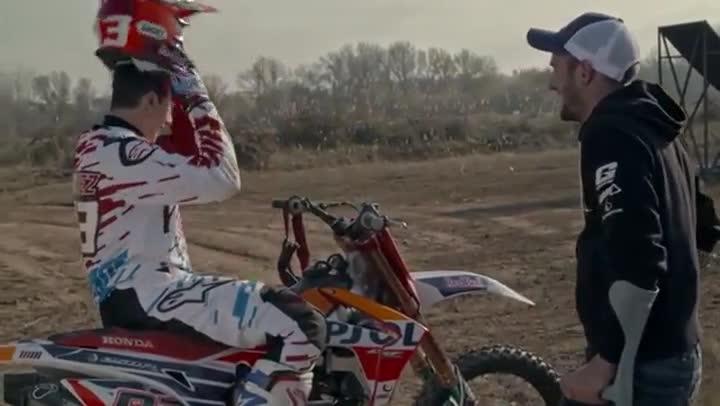 Marc M�rquez, en el intento de salto moral, asesorado por Dany Torres.