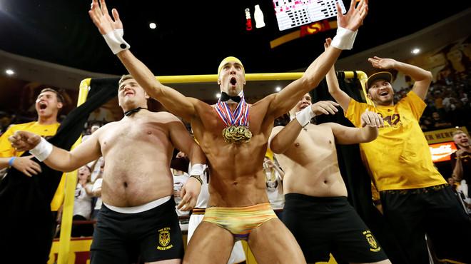 Michael Phelps, en banyador i darrere de la cistella per distreure el rival
