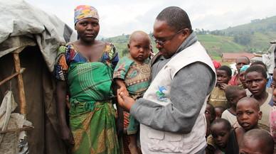 Miembros de una oenegé prestando ayuda a familias de refugiados del Congo.