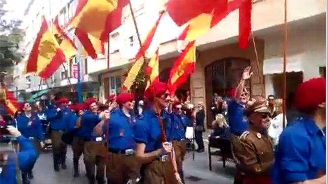 Una murga de carnaval desfila disfrazada de franquistas en Santoña (Cantabria). Murga-galipoteros-pasacalles-del-carnaval-santona-1455535509111